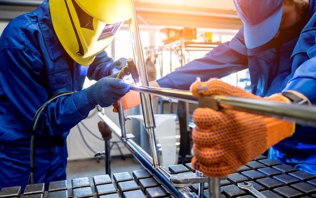 Schweißer arbeitet in einer stahlfabrik mit argonschweißen