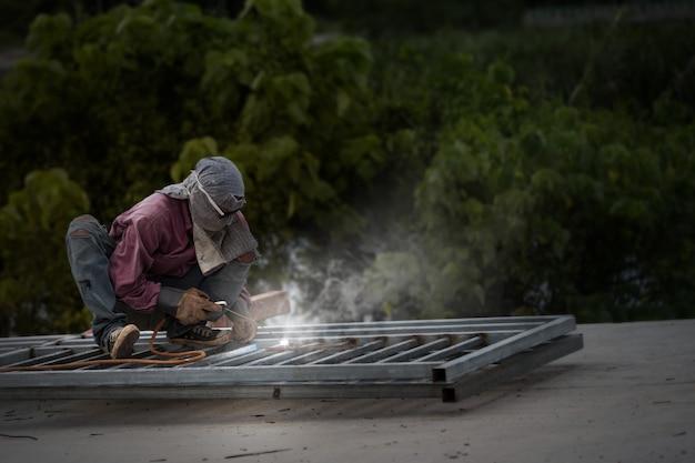 Schweißer, der in der werft arbeitet, konzept des industriearbeiterlebens.