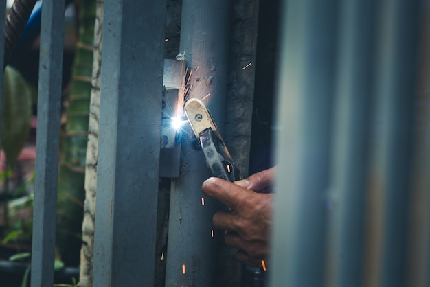 Schweißer, handwerker, aufrichtender technischer stahl industriestahlschweißer, nicht sicherheit