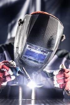 Schweißer industriearbeiter schweißen mit argon-maschine.