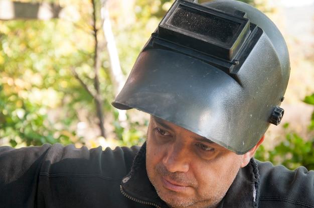 Schweißer mit seiner ausrüstung