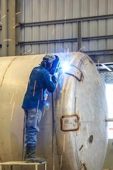 Schweißfunken von schweißern in der offshore-industrie.