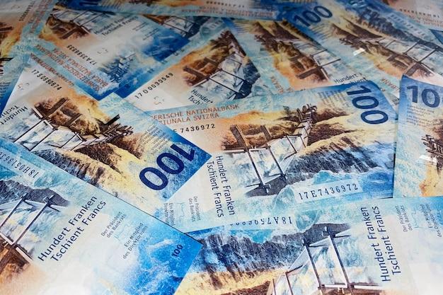 Schweizer banknotenhintergrund. schweizer franken im wert von 100