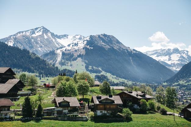 Schweizer dorf auf schönen bergen, österreich