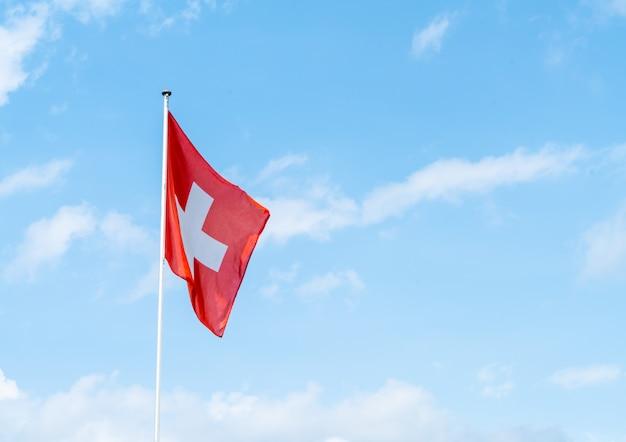 Schweizer flagge mit himmel
