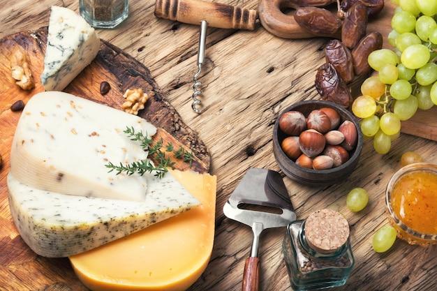 Schweizer käse mit nüssen
