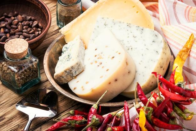 Schweizer käse mit pinienkernen
