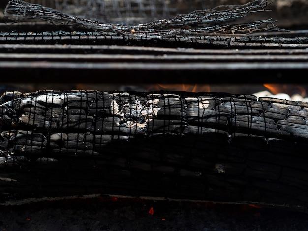 Schwelende asche im lagerfeuer