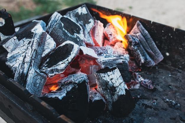 Schwelende kohlen feuerschale mit schönen kohlen brennenden kohlen hintergrund der feuergießer brannte