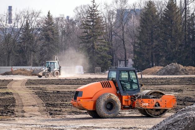 Schwere industriemaschinen bauen eine straße
