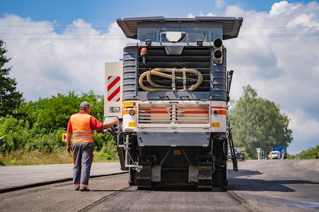 Schwere vibrationswalze bei asphaltpflasterarbeiten