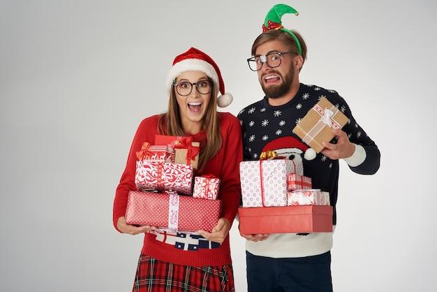 Schwere weihnachtsgeschenke in den händen des paares