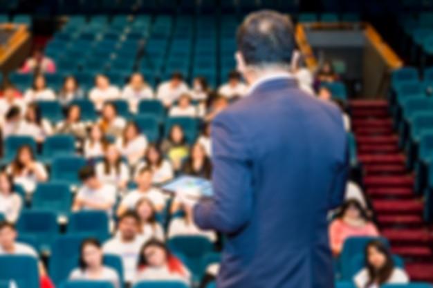 Schwerpunkt der rednerin, die über die business-konferenz spricht.