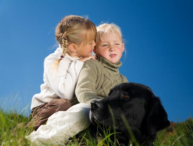 Schwester, flüstern, hund