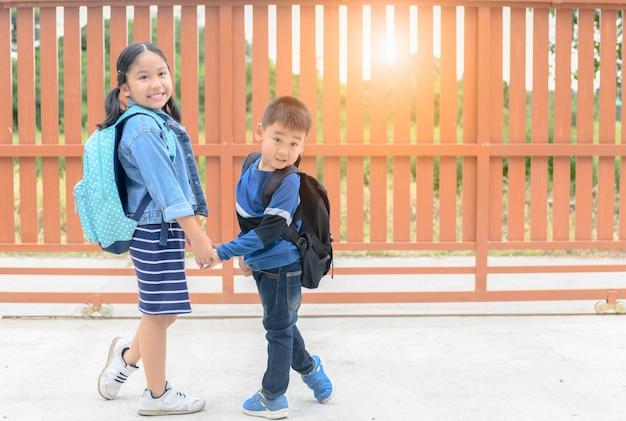 Schwester und bruder bereit zur schule gehen,