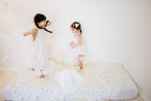 Schwestern, die auf matratze springen