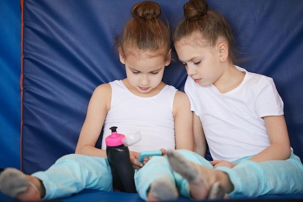 Schwestern in der sportschule