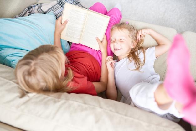 Schwestern lesen märchen
