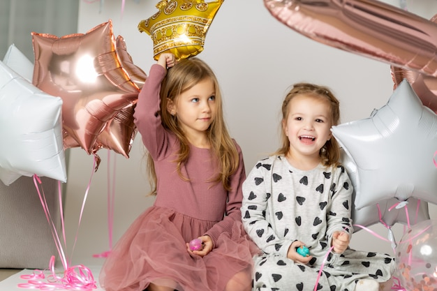 Schwestern spielen mit luftballons