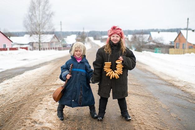 Schwestern stehen auf der straße mit balalaika