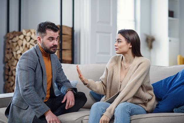 Schwierigkeiten, konflikt und familienkonzept - unglückliches paar, das zu hause streitet.