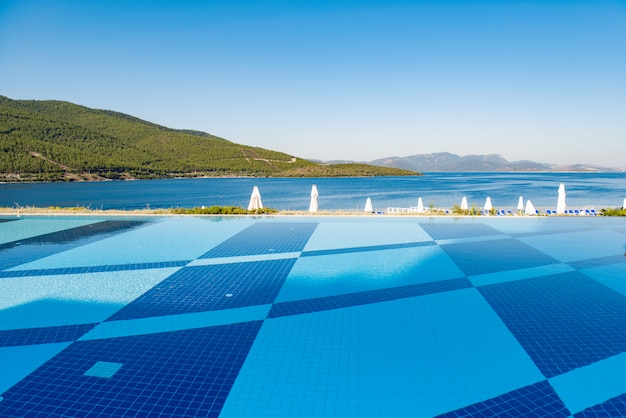 Schwimmbad am hellen sommertag