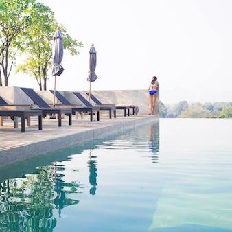 Schwimmbad auf dem dach mit bikini-frau. sommer-reisekonzept