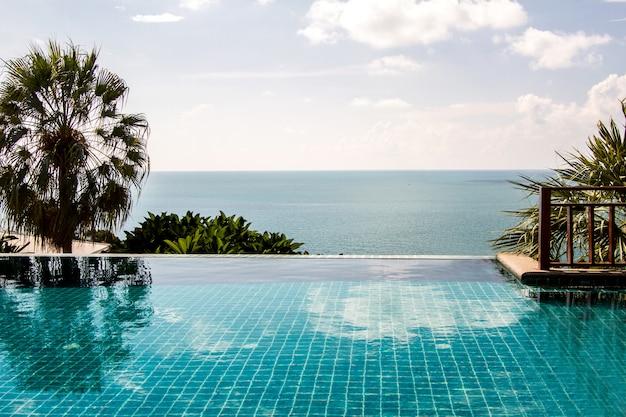 Schwimmbad, das blauen meerblick und blauen himmel betrachtet