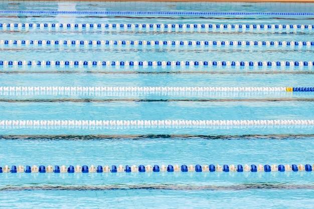 Schwimmbad für den wettbewerb mit rennstrecken oder fahrspuren