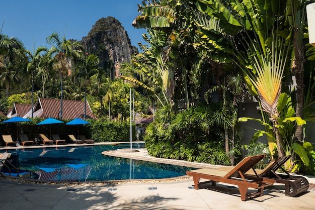 Schwimmbad im luxushotel am railay beach mit karstberg und blauem himmel in krabi, thailand. urlauber zum entspannen in den sommerferien in südostasien. touristenreiseziel.