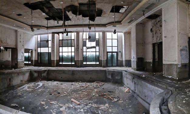 Schwimmbad im verfallenen verlassenen hotel severnaya korona