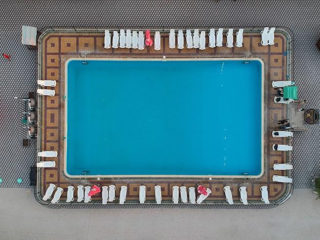 Schwimmbad in der luftaufnahme des hotels