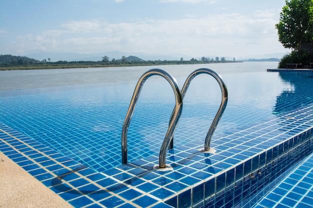 Schwimmbad in der nähe von khong-fluss mit blauem himmel chiangsan in chiangrai thailand?