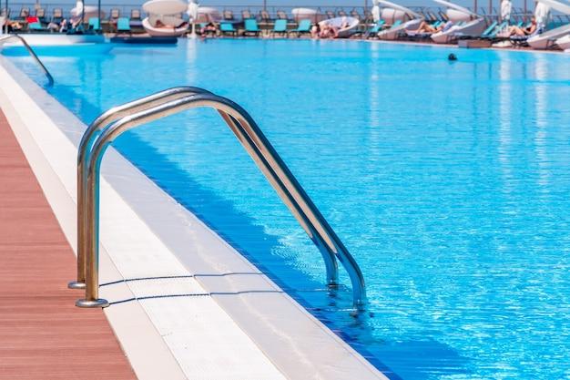 Schwimmbad in geschwungener form mit treppen, gesunder lebensstil