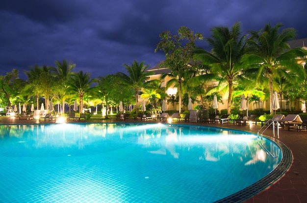 Schwimmbad in nachtbeleuchtung