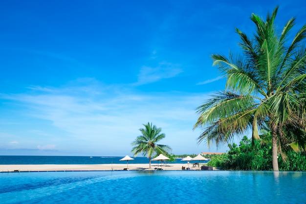 Schwimmbad mit hotel.