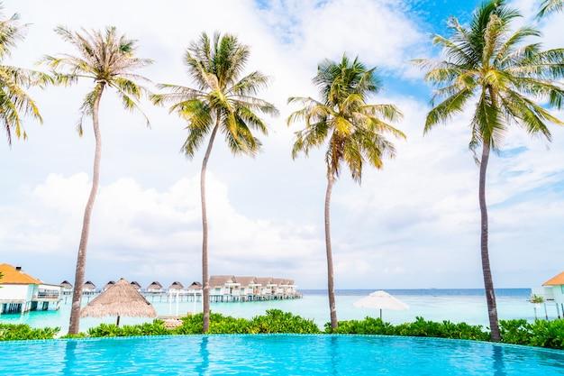 Schwimmbad mit meeresstrand auf den malediven