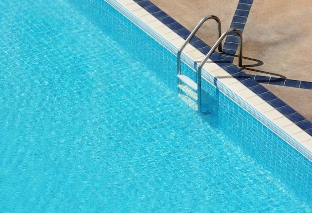 Schwimmbad mit treppe im hotel