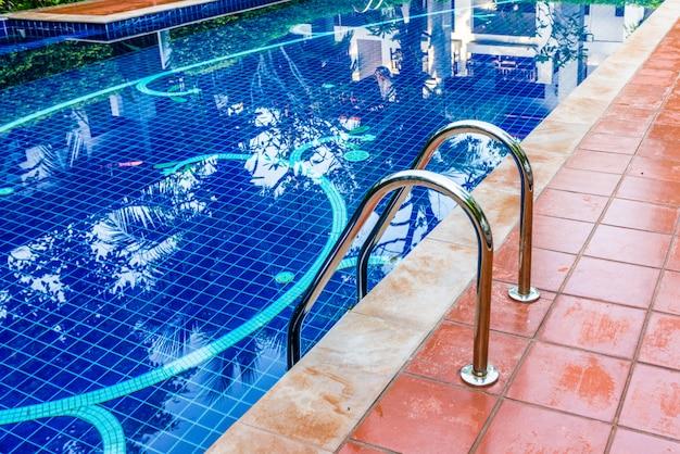 Schwimmbad mit treppe
