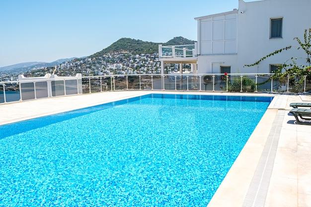 Schwimmbad mit türkisfarbenem wasser und kinderbecken im hotel oder feriendorf
