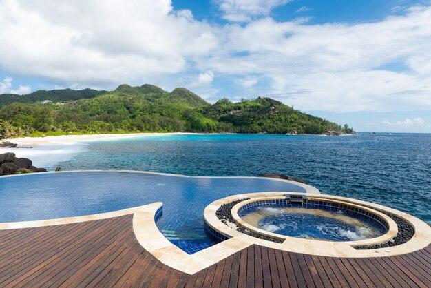 Schwimmbad mit wunderschönem tropischen meerblick.
