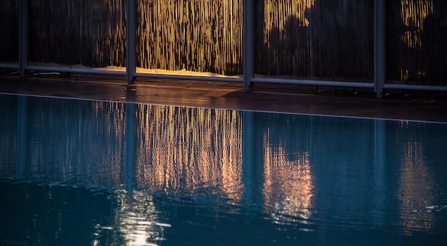 Schwimmbad mit zaun
