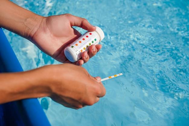 Schwimmbad-ph-überprüfung von grünem wasser, grünem poolproblem als hintergrund