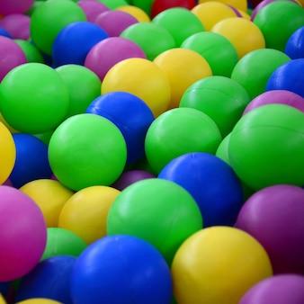 Schwimmbad zum spaß und springen in farbigen plastikbällen