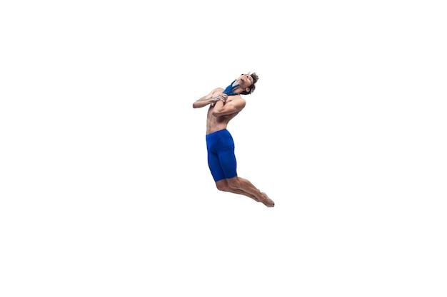 Schwimmen. männlicher moderner balletttänzer, kunst-contemp-performance, blaue und weiße kombination von emotionen. flexibilität, anmut in bewegung, aktion auf weißem hintergrund. mode und schönheit, artwork-konzept.