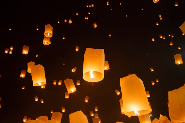 Schwimmende asiatische laternen im yee-peng-festival, chiang mai thailand