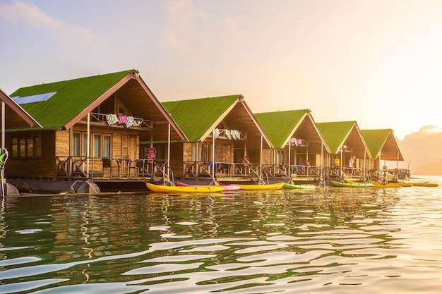 Schwimmende bangalows warten darauf, dass touristen am cheow lan dam oder ratchaprapa dam in der thailändischen provinz surat thani ankommen
