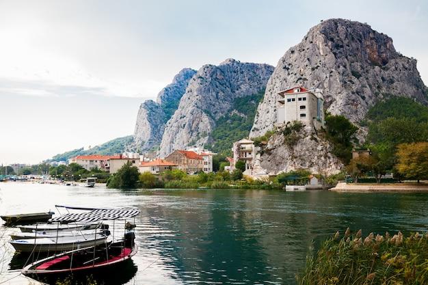 Schwimmende boote auf dem fluss cetina in der kleinen stadt omis, makarska riviera, kroatien