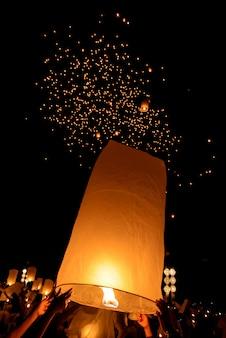 Schwimmende himmelslaterne im thailändischen traditionellen neuen neuen nordjahr