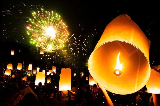 Schwimmende lampe in yee peng festival am tag loy krathong, feuerwerksfestival